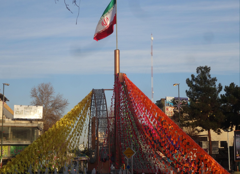 آذین بندی فضای شهر برای ۲۲ بهمن به همت زیبا سازی شهرداری ورامین