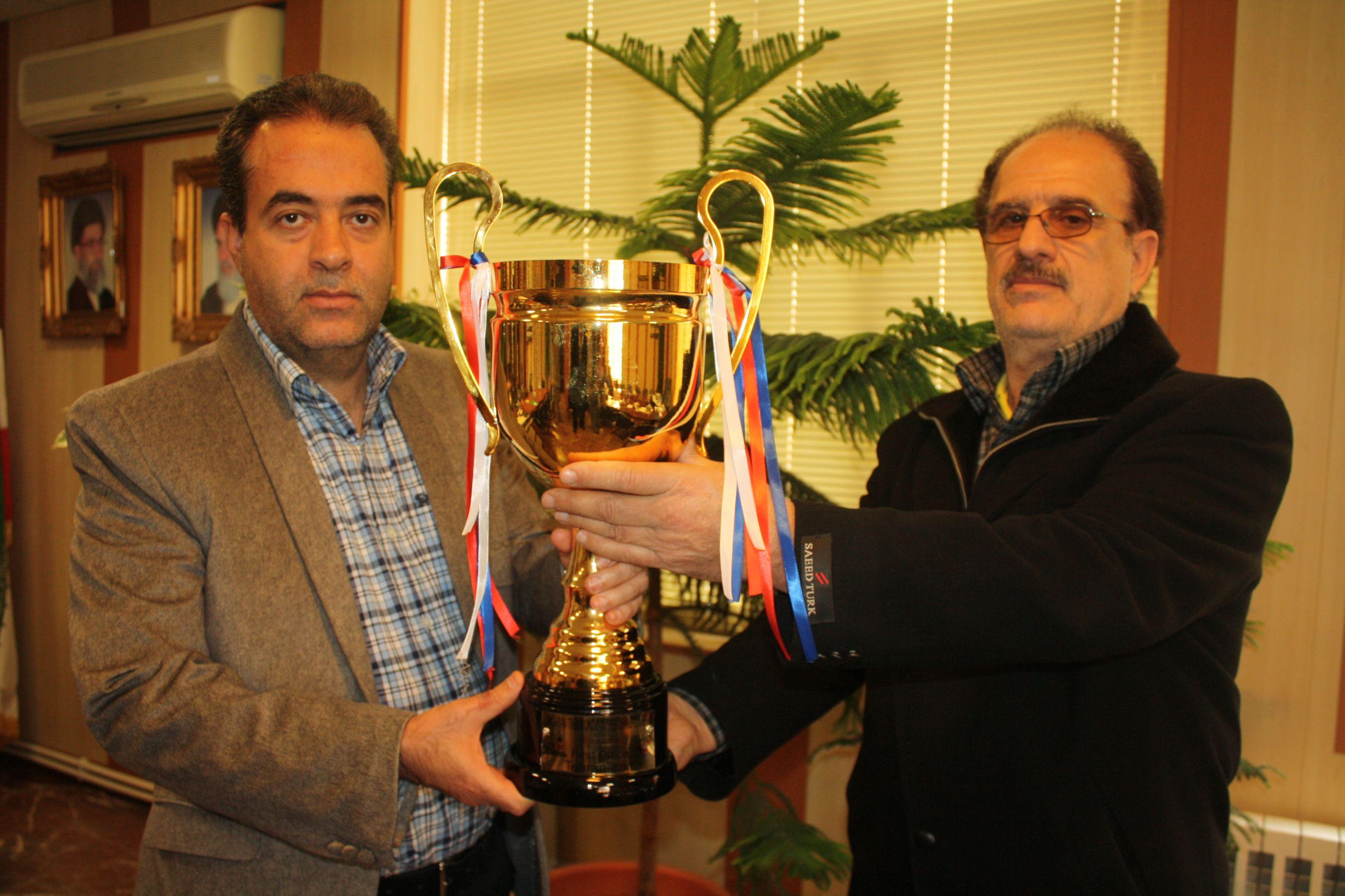 جام قهرمانی تکواندو شهرداری ورامین تقدیم شهردار شد