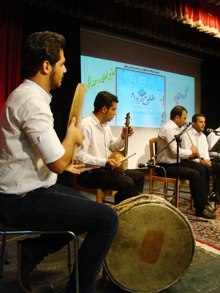 گزارش تصویری برنامه شب دوم نمایش های صحنه ای و خیابانی یادواره ملی «طلوع خرداد»